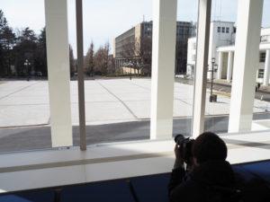 2階ホワイエからは第1校舎と第2校舎(右)、銀杏並木やその先に日吉駅を望むこともできる。記念館前のスペースは、イベント開催用にとフラットに整備された