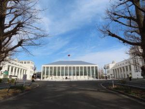 第1校舎(右・現在は慶應義塾高校)と第2校舎に合わせた「白」が印象的な新・日吉記念館は、街のシンボルとしての輝きを再び放つ