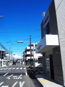 矢上小学校(日吉3)や日吉台中学校(日吉本町4)への通学路となっているばかりでなく、慶應義塾大学関連の施設や寮なども多いエリア。新交番の「活躍」に期待感と注目が集まる