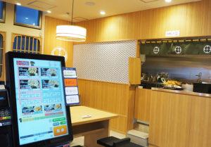 開店準備が進む店内。1階入り口で先に食券を求めるスタイル。3月16日にオープンした菊名店では、電子決済の比率が5割にも上っているという