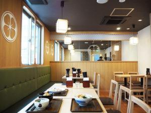 食事スペースを初めて「2階」まで設置した店舗となった。1階は13席プラス立席、2階は22席の座席数となっている