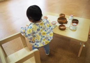 園児のいすは、同社の地元・岩手の工務店から、青森県産ヒバの木を使用したものを導入。自然の木を素材としたおもちゃも採り入れている
