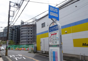 日吉と綱島、新川崎方面など、5つの系統が走る「ユニーサンテラス日吉」バス停。左手奥にはプラウドシティ日吉のマンション群が見える(3月17日)