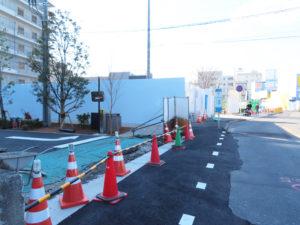 日吉方面行きの同バス停付近では歩道の整備も行われている。時期は未定なものの、将来的にはバスを引き込むことができる「バスベイ」が新たに設置される予定(3月20日)