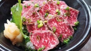 黒毛和牛のステーキ丼(2000円)。出来たてを届けるため、注文後に調理を行う(同店提供)