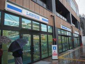 雨が降るあいにくの天候の中、オープンしたローソンSOCOLA日吉店