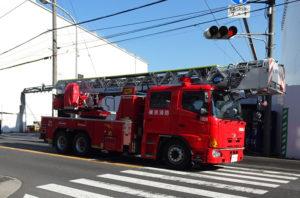 新綱島駅(仮称)前を疾走するはしご車