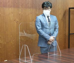 「港北オープンファクトリー」でもおなじみの鈴木機械彫刻所・鈴木伴彦社長から、港北区にアクリル製のパーテーションボードが寄贈された(同区役所提供)