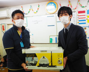 スチームクリーナーを寄贈したケルヒャー ジャパンの舘澤さん(右)、同学童保育の支援員・高森さん