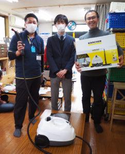 保護者代表として立ち会った同学童元会長の黒須さん(右)も、「より安心・安全に子どもを預けられる」と、スチームクリーナーの寄贈を大いに喜ぶ