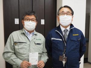 濱田社長(右)と、「パソコン救急センター」責任者の井上さん。店舗移転のお知らせ(はがき・写真)は約400枚投函したという