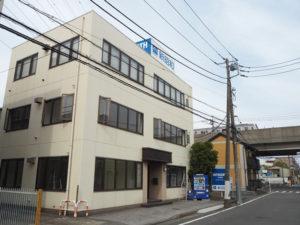 新本社は地下鉄グリーンライン新羽駅から新横浜方面に徒歩約4分、宮内新横浜線近くにある