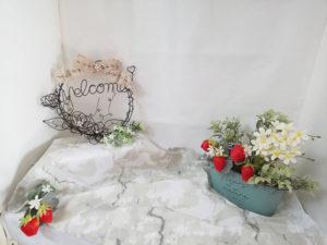 ワイヤークラフトの作家でもあるオーナーの小泉さんが製作した作品も。出展者が作品を撮影する4月のフォトブースをより華やかにアレンジしている(同店提供)