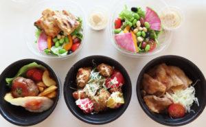 「彩り野菜サラダ」(380円・税別)と、炙(あぶ)り焼いたチキンも味わえる「あぶり焼きチキンサラダ」(580円・税別)(写真上)も華やかなレストランの雰囲気を醸す
