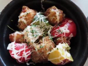 「とりから丼」は、角形にカットされた野菜がゴロゴロと丼内で踊っているかのよう(680円・税別)