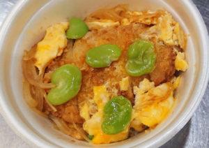 金曜日から新発売となる「エビカツ卵とじ丼」(780円・税別)は、エビカツ、卵、そら豆、きざみ海苔、玉ねぎでアレンジ予定(同店提供)