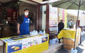 「大衆酒場 綱島上ル食堂」(リンクはFacebookページ)オーナーで店長の上枝さん。日吉の「遊膳たつ吉」(右側)と並んで出店していた(5月8日13時頃)