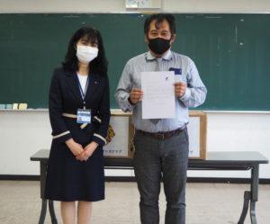 栗田区長から福原会長に感謝状が贈呈された