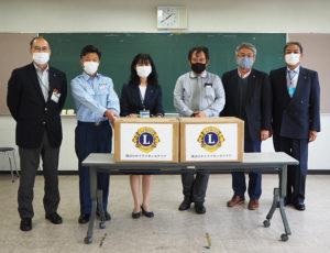 港北区役所でマスクの寄贈式が行われた。高嶋賢一副区長、吉田消防署長、栗田区長、福原会長、石川計画委員長、秋本幹事(写真左より)