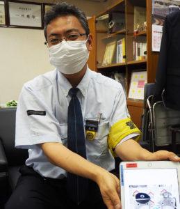 日吉駅主任の丸山広勝さん。駅員たちが、「のるるん」アレンジを通じ、お客様へのメッセージを発信。駅員たちのコミュニケーションにも一役買っているという
