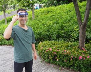 株式会社クロス・ディメンションの黒須悟士社長が、中国の工場から直輸入したフェイスシールド(フェイスガード)