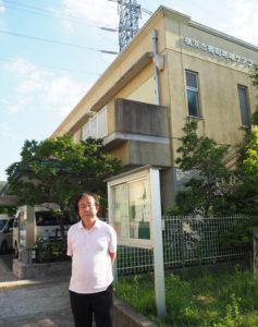 「樽町の人が好き」と語る小泉さん。樽町地域ケアプラザ前で