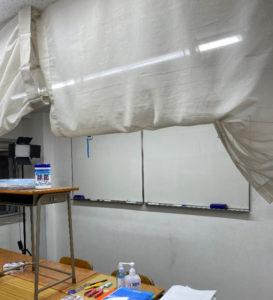Zoom(ズーム)での配信動画の撮影には、ホワイトボードの光の反射を防ぐ対策などが施(ほどこ)された(ひよし塾提供)
