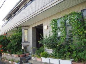 日吉本町駅にも近い日吉本町2丁目、駒林小学校やアスク日吉本町開善保育園前にある河野(こうの)建設株式会社。地域に根差した企業として創業半世紀超の歴史を重ねてきた
