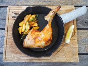 2台導入されたスチームコンベクションオーブンが大活躍。まるごと鶏もも肉を味わえる「骨付き鶏ももコンフィ」(1280円)も人気を博しそう