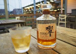 サントリーの人気のウイスキー「響(HIBIKI)」は、グラスで680円とリーゾナブルな価格で楽しめる