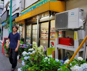 紫陽花(アジサイ)の花約70株を日吉の友人から寄贈された株式会社このまち・門間社長。店頭に並べられたばかりの紫陽花に反応してきたのは「男性」のほうが多かったという(6月20日、同社・石橋綾香さん撮影)