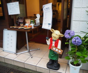 「喫茶かなで」ほか、普通部通りの多くの店舗に紫陽花が置かれることになった(6月22日)