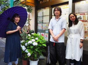 「普通部通り」を花と緑で彩りたいと語る飲食店「たつ吉グループ」女将の島名さん、「このまち」の門間さん、石橋さん(写真左より、6月22日)