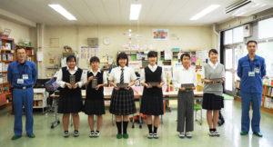 「高吉橋」の橋名板を揮毫した高田中学校の皆さん。港北土木事務所の加藤副所長(左)、岡田貴志係長(右)と(同校図書室にて)
