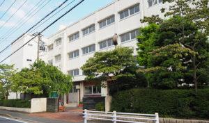 1947(昭和22)年創立の新田中学校は新吉田東5丁目のバス通り沿いにある。新型コロナ影響もあり、当初想定していた両校集っての感謝状贈呈式は見送られたが、橋が通じたことによる両校の「未来の交流」にも期待したい