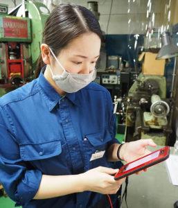 坂本留実取締役は早稲田大学理工学術院修士課程修了。電子工学を学び、富士通株式会社でSEとして勤務した経験を持つ。IoTを駆使しての工場経営にも積極的に取り組んでいる
