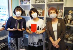 作品の展示作業を行う「くくる」の崎山さん(左)は日吉在住、ハンドメイド仲間の増田さんと