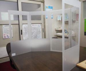 5枚折り畳み式でのワイド版「机上セパレーターDX(デラックス)」も考案・製作した