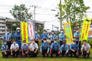 約20人の参加者らがアピタテラス前に初めて集結。綱島地区連合自治会の佐藤誠三会長(前列左から3人目)の姿も