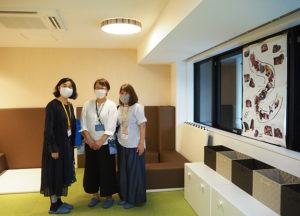 主任児童委員の佐藤美菜子さん(日吉本町地区・左)、菊池陽子さん(箕輪地区・右)も来訪。中央は施設立ち上げの中核を担う「びーのびーの」の山口麻津子さん