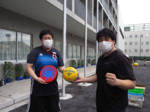 校庭使用開始を喜ぶ五嶋先生(左)と杉山先生