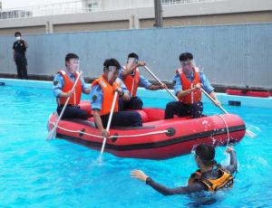 日吉に隣接した中原区木月4丁目の「第二機動隊」の訓練用プールで初めて行われた港北警察署の風水害対策訓練。ボートにはバランスよく乗らないと転覆してしまう危険性も。リーダーを決め、声を掛け合って漕ぐことが大切