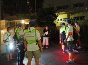 綱島地区青少年指導員会の竹生会長(中央)が、今回の防犯パトロールの詳細について説明を行った