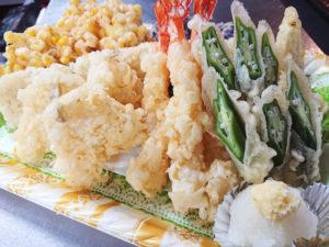「海鮮と季節野菜の天ぷら」(3~4人前・3000円:税込)では、海老3本、キス3枚、穴子1本、旬野菜ほか野菜3種を盛り合わせて提供する(遊ZENたつ吉提供)