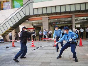日吉駅で行われたテロ対応訓練の様子。不審者により左側に黒い鞄(かばん)の不審物が置かれた想定で行われた(8月20日10時頃のテロ対応訓練時)