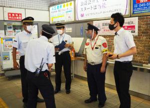 通行人役が不審者の目撃情報を日吉駅の駅員に報告、東急セキュリティの担当者も駆け付けた(8月20日10時頃のテロ対応訓練時)