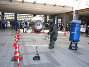 不審物は中身が爆発物であるかなどを機械を用い調査、専用の器具で回収を行った(8月20日10時頃のテロ対応訓練時)