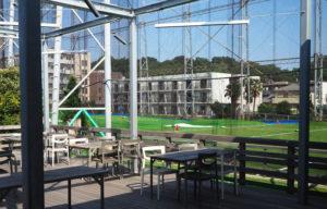 新しく生まれ変わったゴルフ練習場をテラス席からも眺めることができる