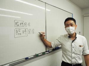 「ひよし塾」では、新型コロナ感染症対策として希望する受講者にはオンラインで授業を生配信。文字を大きく記載(下)するという工夫も