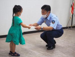 第一声で「感動した」との感想を述べた吉田署長からも、子どもたちの目線に合わせて表彰状が授与された